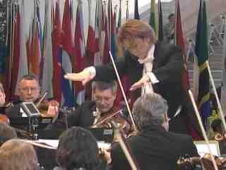 EXPOスーパーワールドオーケストラと指揮者のYOSHIKI